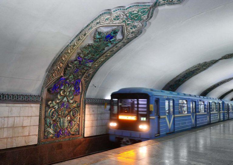 в Ташкенте мужчина упал на рельсы метро