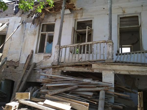 Главный архитектор Самаркандской области Бобир Элмурадов задержан по подозрению в хищении.  На прошло месте работы — замхокима города, он без основания раздал 26 гражданам, у которых снесли дома, 7 млрд сумов в качестве компенсации (это меньше 30 тыс. долларов на каждого, прим. Мезон).