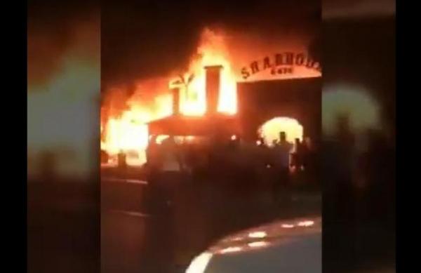 """С разницей в полчаса в столице загорелось два кафе - """"Шаббода"""" в Алмазарском районе и знаменитое кафе """"У Аркадия"""" в Яшнабадском районе. Первое сгорело практически полностью."""