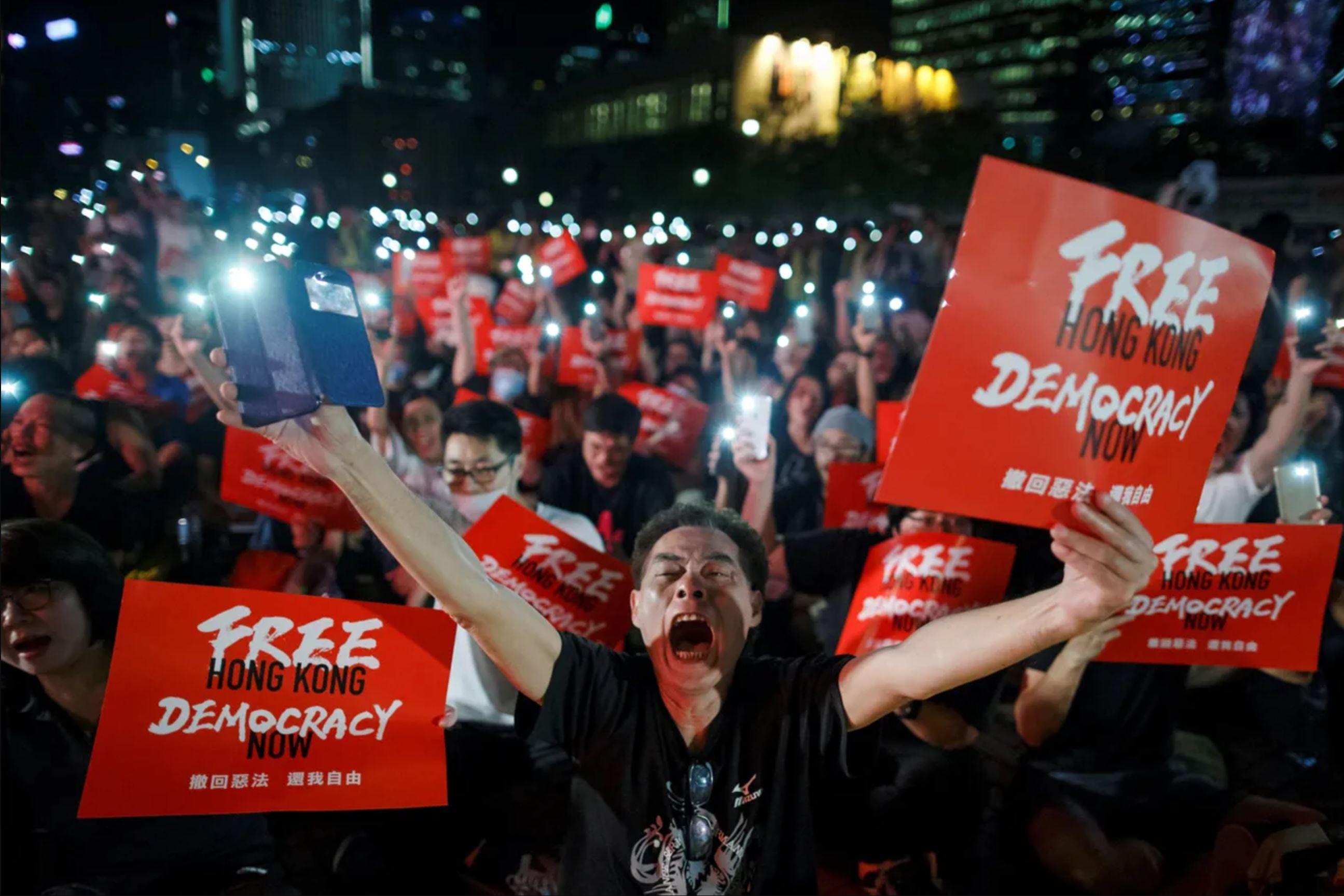 Антикитайские демонстрации в Гонконге — на улицы вышли миллионы человек. Протестующие с лозунгами «Свободу Гонконгу! Демократия — сейчас!»
