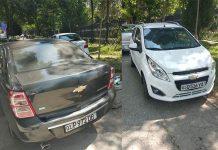Автомобили припаркованы на тротуаре в Ташкенте