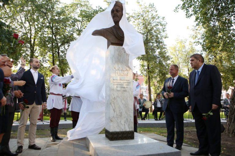 Бюст  поэта Алишера Навои открыли в Минске