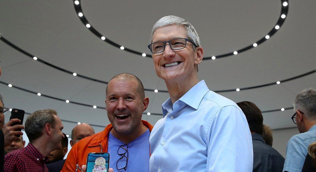 Джони Айв и Тим Кук на презентации iPhone X в 2017 году