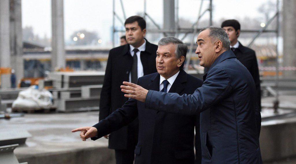 Хоким Ташкента Джахангир Артыкходжаев и президент Узбекистана Шавкат Мирзиёев осматривают строительство Tashkent City