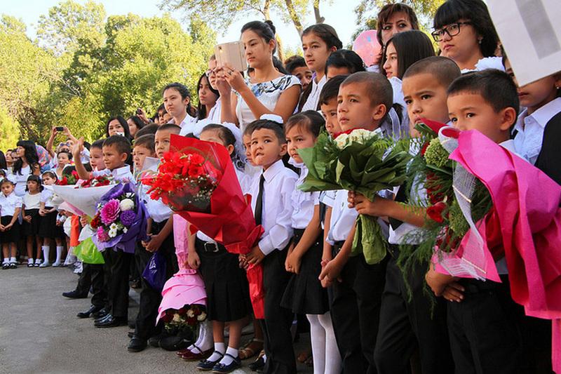 Первоклашки на линейке 2-го сентября в Узбекистане