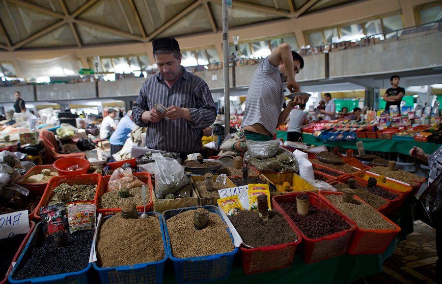 Торговцы специями на базаре Чорсу в Ташкенте (старый город)