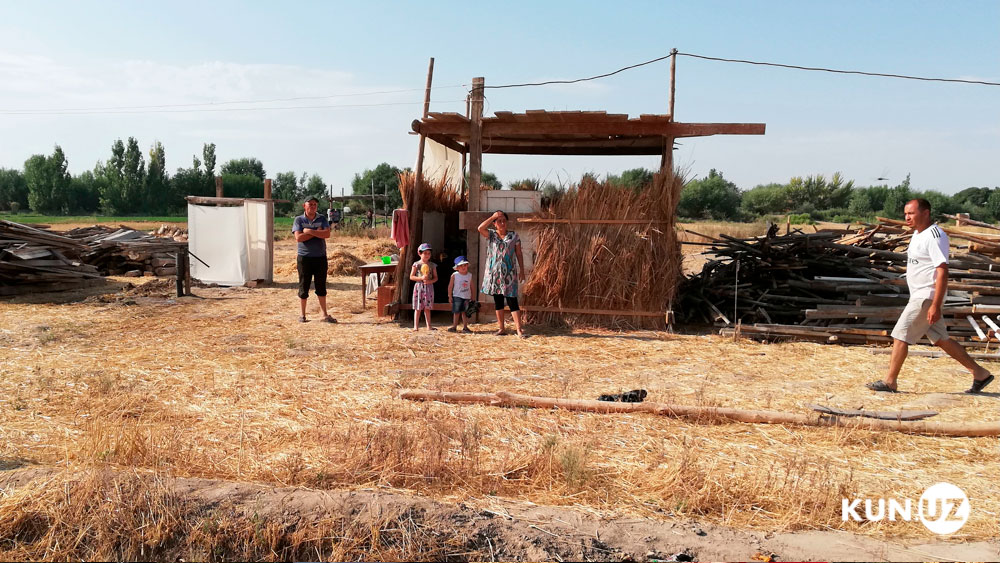 Жители махалли Ашхабад живут два месяца под открытым небом