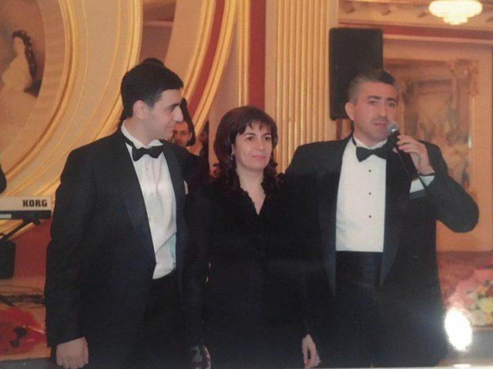 Фото из семейного архива семьи Алиевых: Ахмед, его супруга и сын. 2010 год
