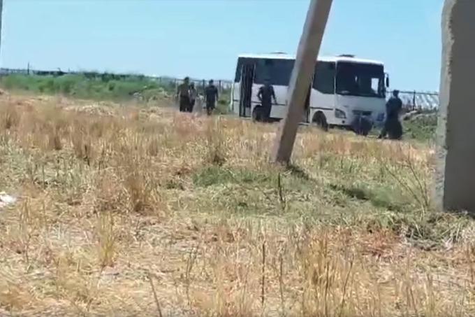 Начальник ОВД Касбийского района в жару запер фермеров в автобусе за чрезмерный полив хлопка. В другом случае сотрудники этого же ОВД хотели проучить фермера, пропустившего семинар.