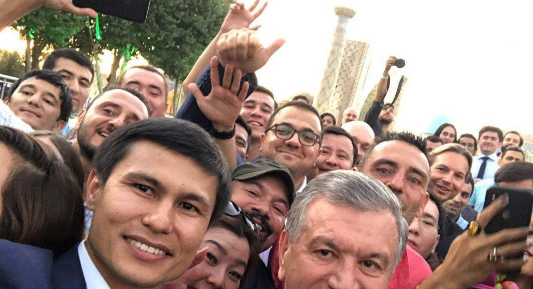 """Впервые в истории Узбекистана, президент страны Шавкат Мирзиёев встретился с блогерами. Президент сказал: """"Узбекистан открывается миру, это главное наше стремление, — и об этом должна знать вся планета!"""""""