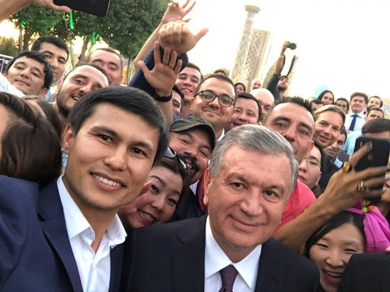 Селфи с президентом: Шавкат Мирзиёев сделал селфи с блогерами и журналистами (фото и видео)