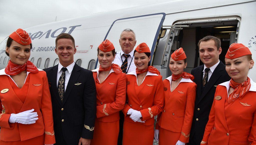 Экипаж самолета Аэрофлота - пилот, стюардессы и бортпроводники