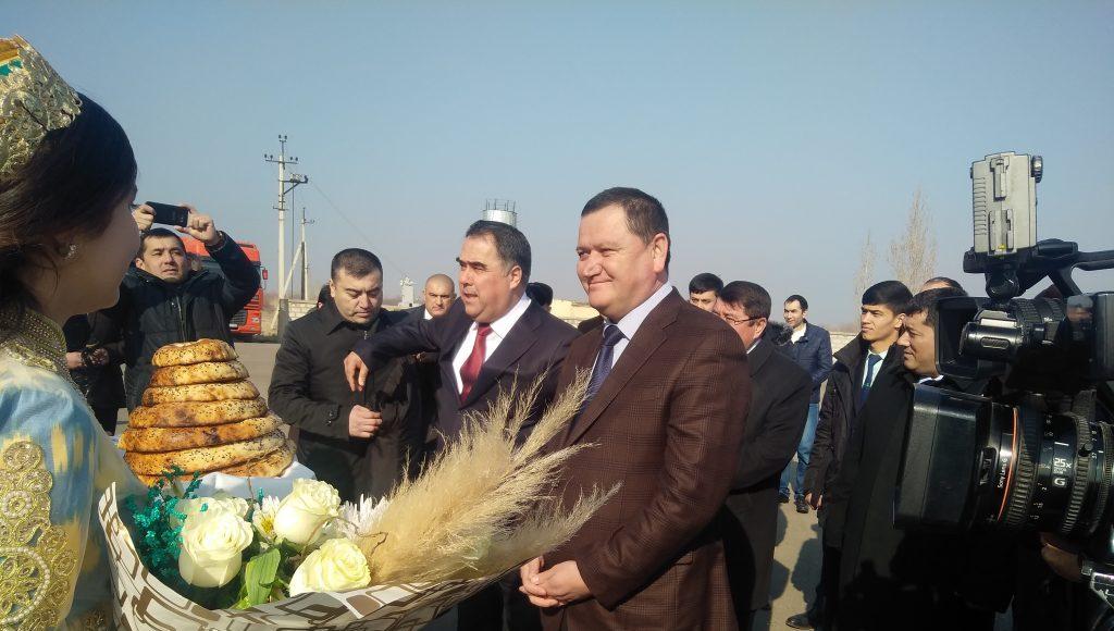 Шухрат Ганиев, хоким Ферганской области (в центре)