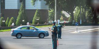 Сотрудники ГАИ перекрывают дорогу в Ташкенте