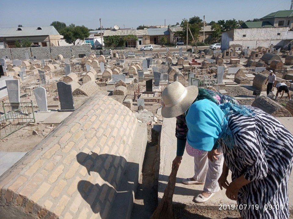 Уборка кладбища в Бухаре