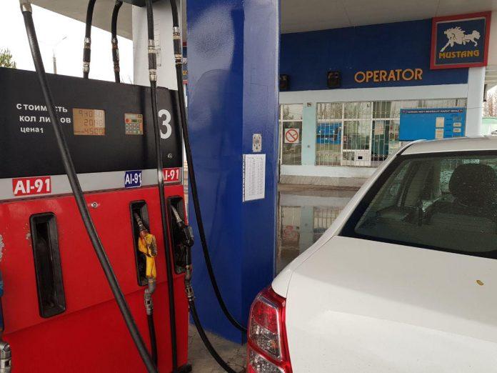 автомобиль заправляется бензином на АЗС в Ташкенте