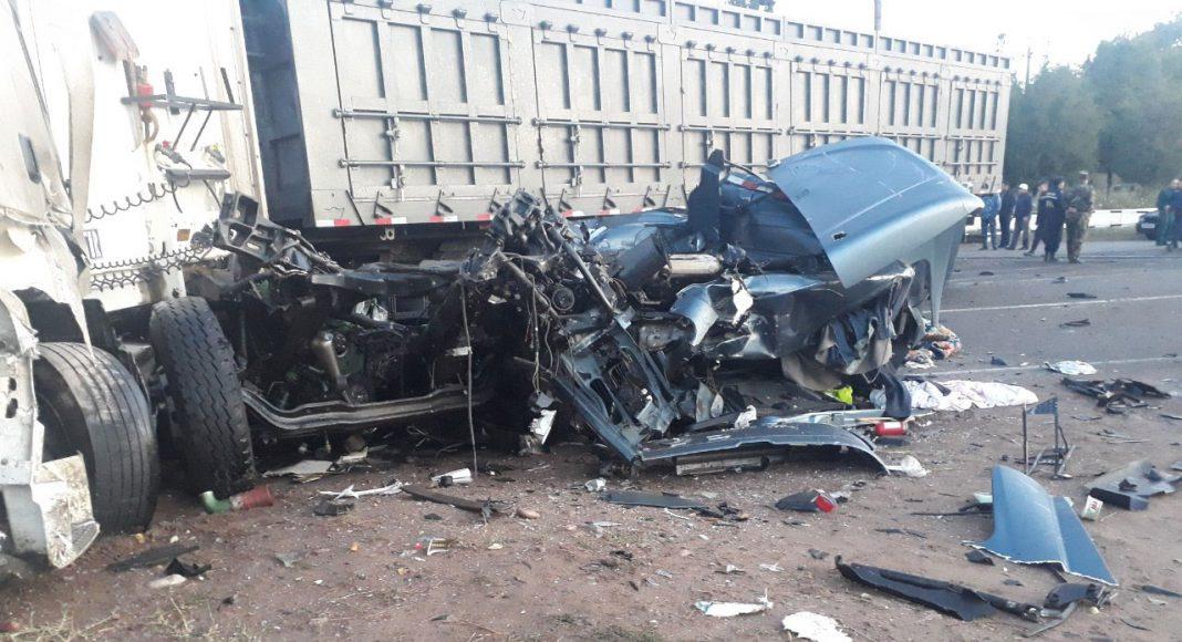На железнодорожном переезде в Ангрене произошло страшное ДТП: товарный поезд протаранил грузовик, сошедшие с рельсов вагоны заблокировали дорогу и придавили Damas, в котором погибло 2 человека.