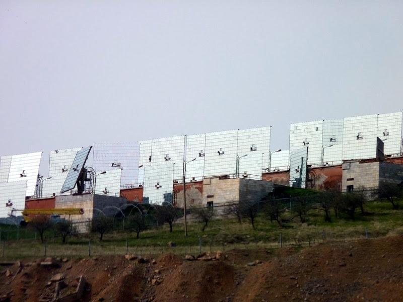 Информация была размещена ошибочно. На самом деле планируется выделить новый участок для испытательного полигона Международного института солнечной энергии. Здание института «Физика-Солнце» Академии наук Узбекистана в Паркентском районе Ташкентской области сносить и переносить не планируется.