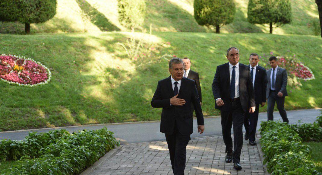Президент посетил аллею «Шахидлар хотираси» и принял участие в церемонии поминовения жертв репрессий.