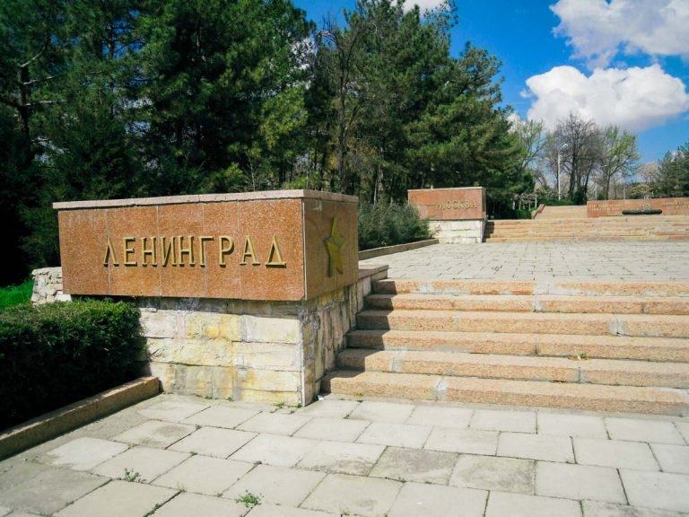 Хокимият Ташкента вернул бронзовые буквы и звезды на «Братских могилах»