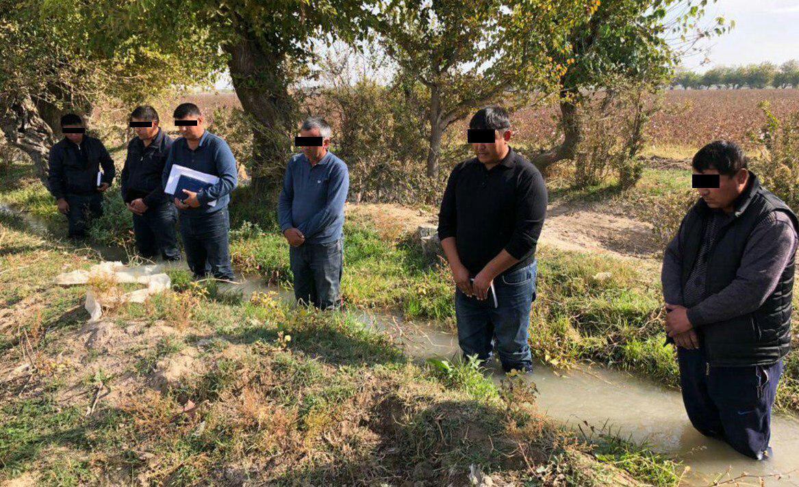 Фермеры по-колено в арыке с водой — так заместитель премьер-министра Зоир Мирзаев решил их наказать за отсутствие воды на хлопковом поле