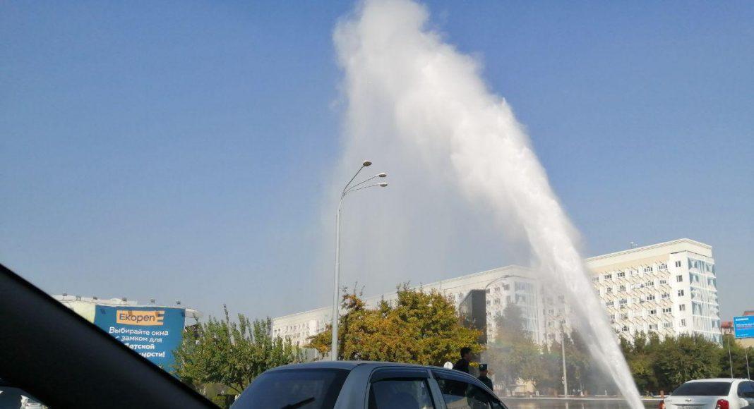Фонтан кипятка — в центре Ташкента прорвало теплотрассу, которую ремонтировали два месяца назад