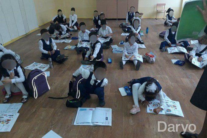 МНО прокомментировало фото учеников, сидящих на полу