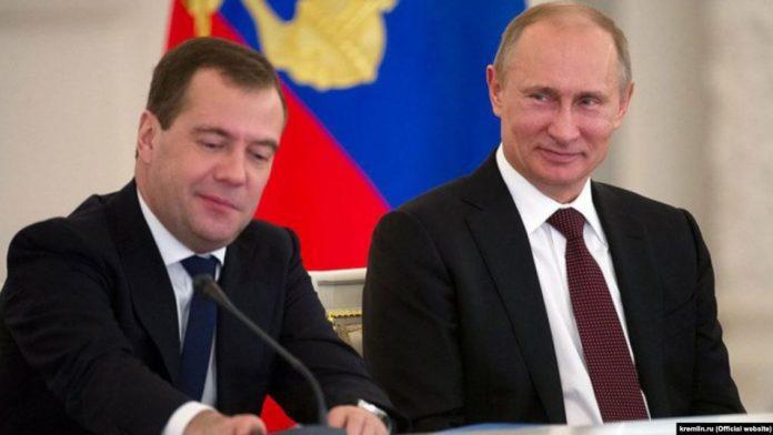 Путин повысил зарплаты себе и Медведеву