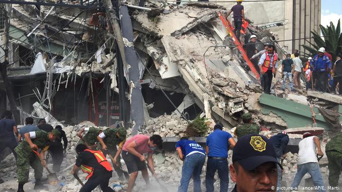 В Тиране произошло сильнейшее за последние 30 лет землетрясение. В результате подземных толчков пострадали более 100 человек.