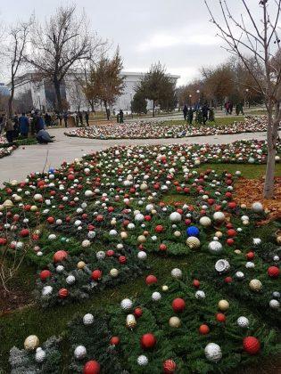 В Ташкенте на улице Истиклол начали устанавливать главную новогоднюю елку страны.