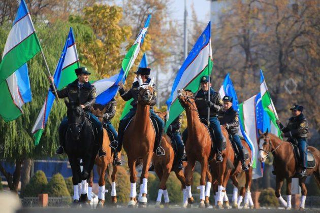 28 лет назад 18 ноября 1991 года был принят Государственный флаг Республики Узбекистан.  Чтобы отметить годовщину этого события в Ташкенте прошел марш конного отряда Национальной гвардии с Государственным флагом Узбекистана.  Смотрите, как это было в фотогалерее.