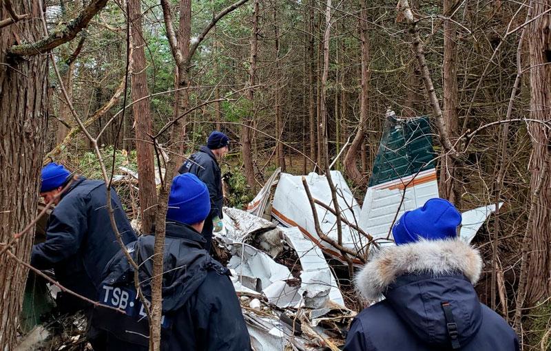 Семь человек, в том числе трое детей, погибли в результате крушения самолёта, который вылетел в среду вечером из Маркхама в Квебек Сити и упал в лесистой местности недалеко от Кингстона.