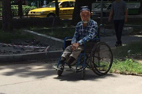 Мужчина в инвалидной коляске на улице в Душанбе. Фото с сайта Today.tj