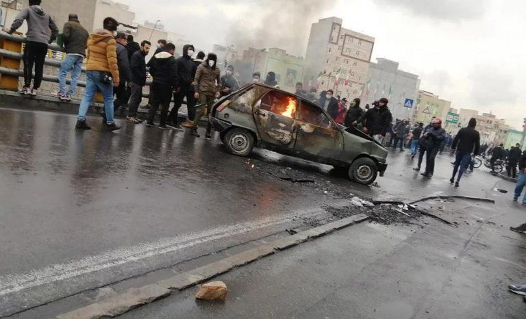 «Мы дали отпор врагу». Иранские власти отключили страну от интернета