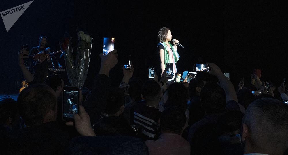 Вместо любимой артистки зрители увидели на сцене ее двойника. Подмену распознали буквально с первой песни
