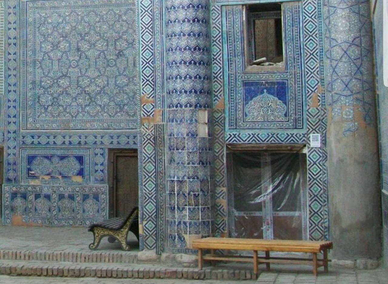 Дворец Таш-ховли с окнами akfa. Историческая резная дверь слева, и новодел akfa под пленкой справа. Также видно окно из алюминиевого профиля на 2 этаже.