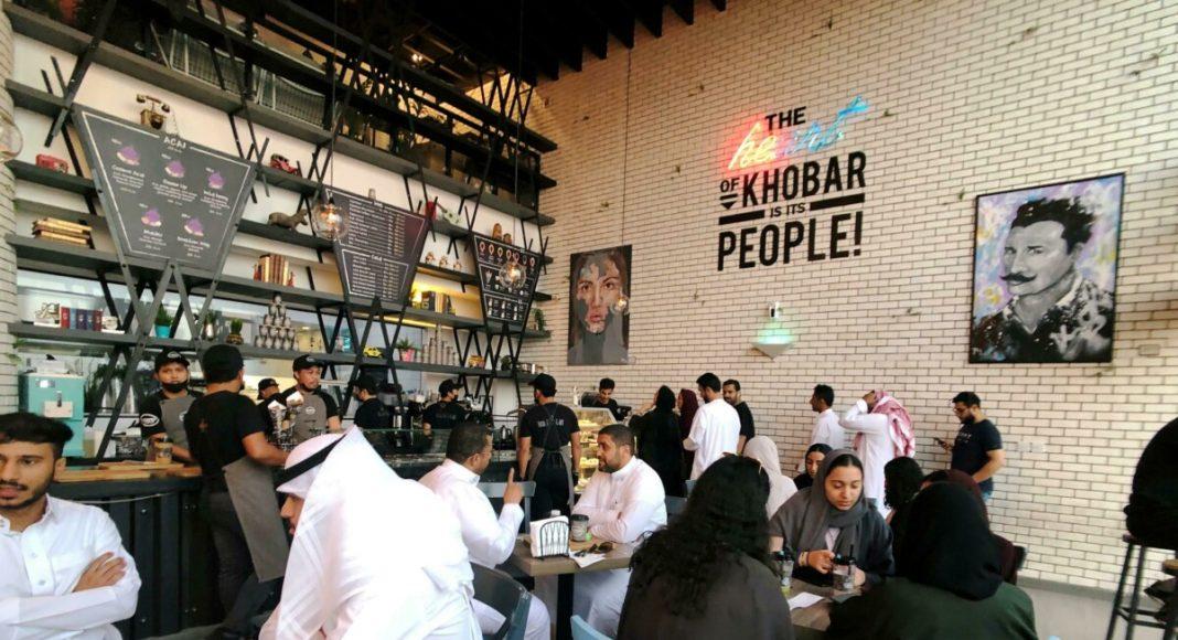 Ресторанам в Саудовской Аравии разрешили впускать мужчин и женщин