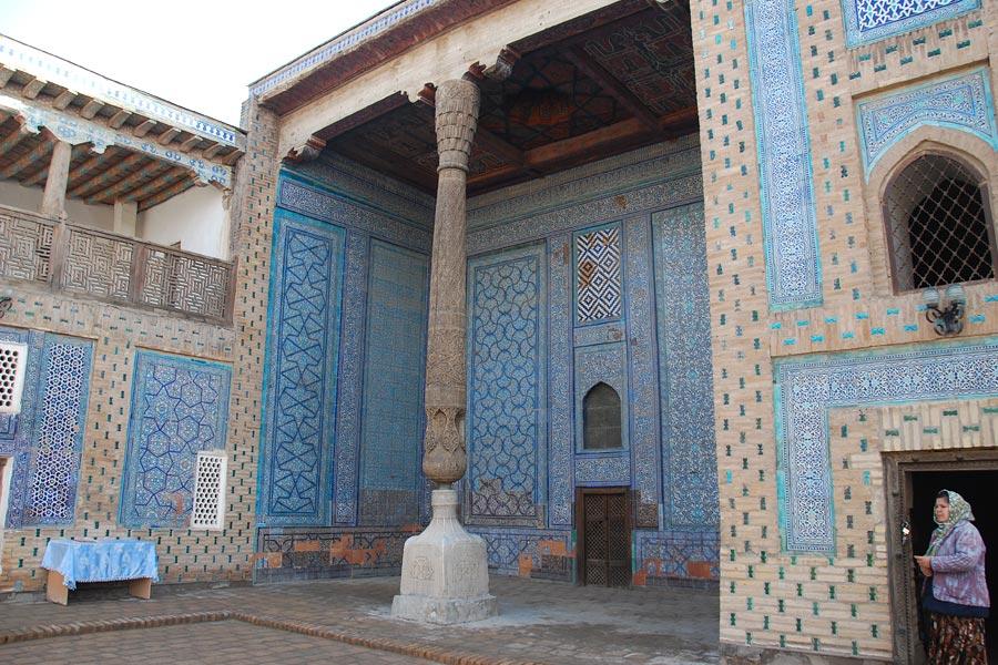 Первые сообщения о том, что в Таш-ховли — летнем дворце хивинских ханов, установлены окна akfa появились 10 декабря. Позднее появилась и фотография двери akfa из алюминиевого профиля, которая, как и окно, была установлена на фасаде здания. Изначально здесь были установлены деревянные резные окна и двери.