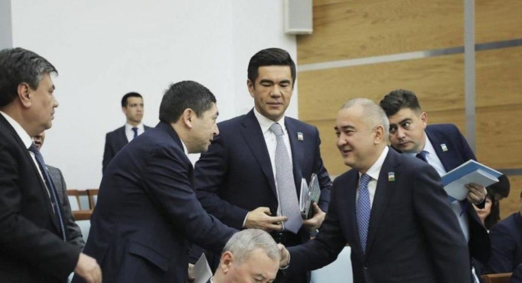 Премьер-министр Абдулла Арипов зачитал представление президента Шавката Мирзиёева об утверждении Джахонгира Артыкходжаева хокимом города Ташкента, который был избран депутатом от избирательного округа 48-Тинчлик.