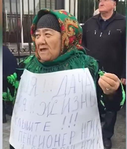 В Навои десятки людей в знак протеста против сносов собрались у здания областного хокимията