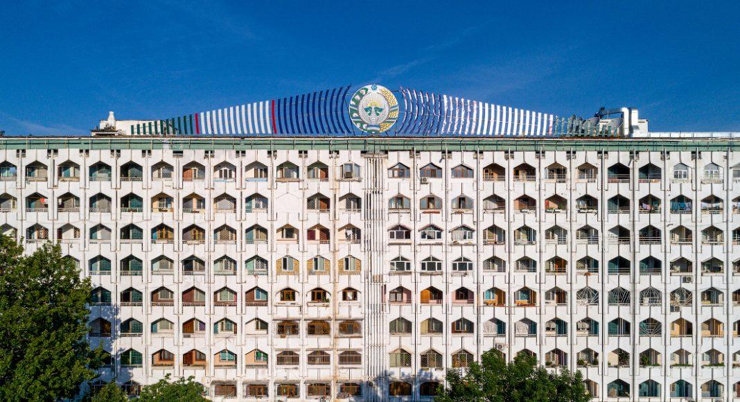 В Узбекистане официально разрешили покупку недвижимости в Ташкенте независимо от прописки. Ранее во время послания парламенту глава государства сравнил прописку скандалами, отметив, что эта проблема нерешалась 30 лет. Напомним, Шавкат Мирзиёев занимал пост премьер-министра с 2003 по 2016 год, 13 лет.