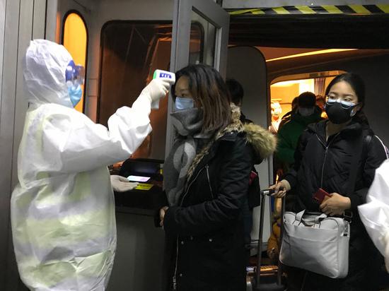 в Китае сообщили, что коронавирус начинает распространяться среди людей быстрее. Как передает BBC, недалеко от Мюнхена 33-летний пациент заразился на работе после контакта с китайской коллегой, прилетевшей из Шанхая на прошлой неделе. Андреас Цапф, руководитель группы по борьбе с инфекционными заболеваниями при правительстве земли Бавария, сообщил, что женщине стало плохо в самолете на обратном пути. Это первый случай передачи коронавируса на территории Германии. Цапф на пресс-конференции во вторник призвал не паниковать и напомнил, что в Германии сейчас сезон гриппа, у которого могут быть похожие симптомы. Земельный министр здравоохранения Баварии Мелани Хумль сказала, что пациент «чувствует себя нормально». В Японии 60-летний мужчина заразился коронавирусом, не посещая Ухань. Предположительно, 60-летний водитель туристического автобуса подхватил вирус от группы туристов, приехавшей из Уханя. Это подтвердил агентству Франс пресс представитель японского министерства здравоохранения. Япония ввела дополнительные проверки для приезжающих из Китая. Накануне стало известно, о трех случаях случая заражения в США - в штатах Иллинойс, Вашингтон и Калифорния. Во Франции коронавирус во вторник выявили у трех человек: двое в Париже, один - в Бордо на юго-западе страны. Госпитализированные в Париже - китайская пара, приехавшая во Францию 18 января. В Бордо госпитализировали 48-летнего китайского гражданина, который работает во французской винной индустрии. Во Францию он прилетел из Уханя. Смертельных случаев за пределами Китая пока не было. В Китае вирус унес уже 106 жизней.