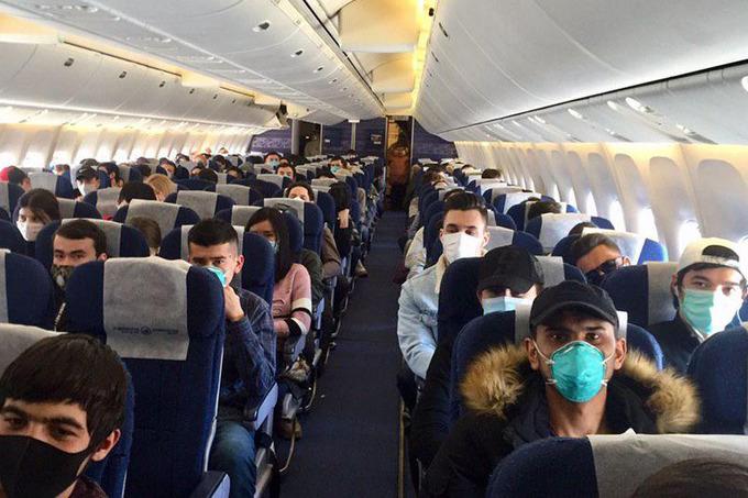 Самолет авиакомпании Uzbekistan Airways с 250 пассажирами и медиками на борту прибыл из Пекина в аэропорт Ташкента 4 февраля. Все вернувшиеся граждане будут размещены на 14-дневный карантин в медицинские учреждения Ташкента и Ташкентской области.