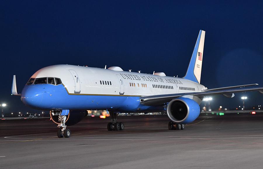 В Ташкентском международном аэропорту имени Ислама Каримова гостя встретил министр иностранных дел Республики Узбекистан Абдулазиз Камилов.