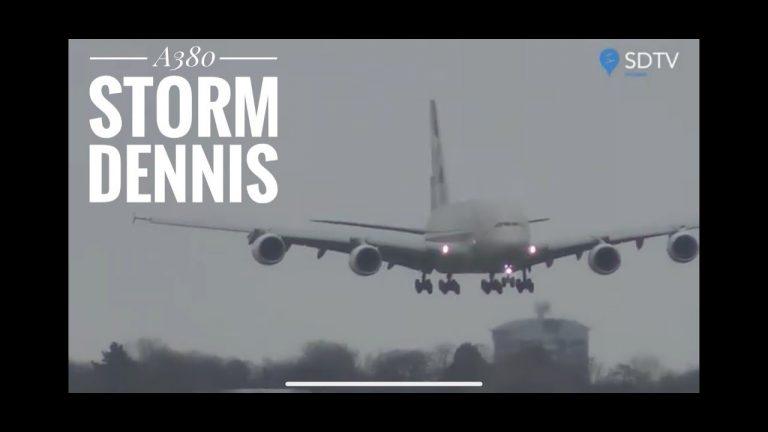 Крупнейший пассажирский самолет ураганом развернуло прямо перед посадкой
