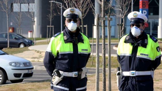 Полиция дежурит в больнице Скьявони под Падуей, где проводятся анализы на коронавирус