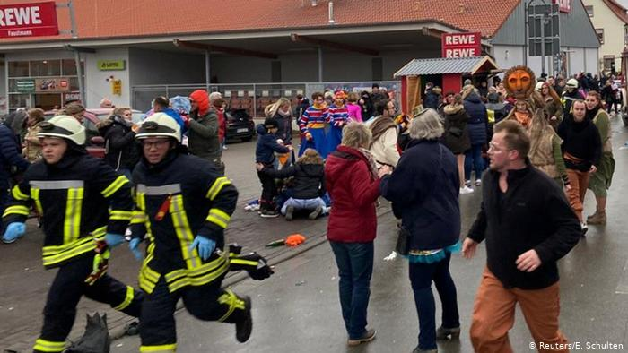 Пострадали от 10 до 15 человек, в том числе дети Водителя задержали, его мотивы выясняют, пока неясно, была ли это спланированная атака, уточняет Sky News. По словам очевидцев, водитель въехал в ограждение и продолжал жать на газ. Автомобиль проехал около 30 метров прежде чем остановиться. Днем ранее, 23 февраля в Фолькмарзене в помещении, где проходило посвященное карнавалу мероприятие, сработала пожарная сигнализация. Причину не обнаружили, есть ли связь между двумя инцидентами, неясно, пишет Sueddeutsche Zeitung.