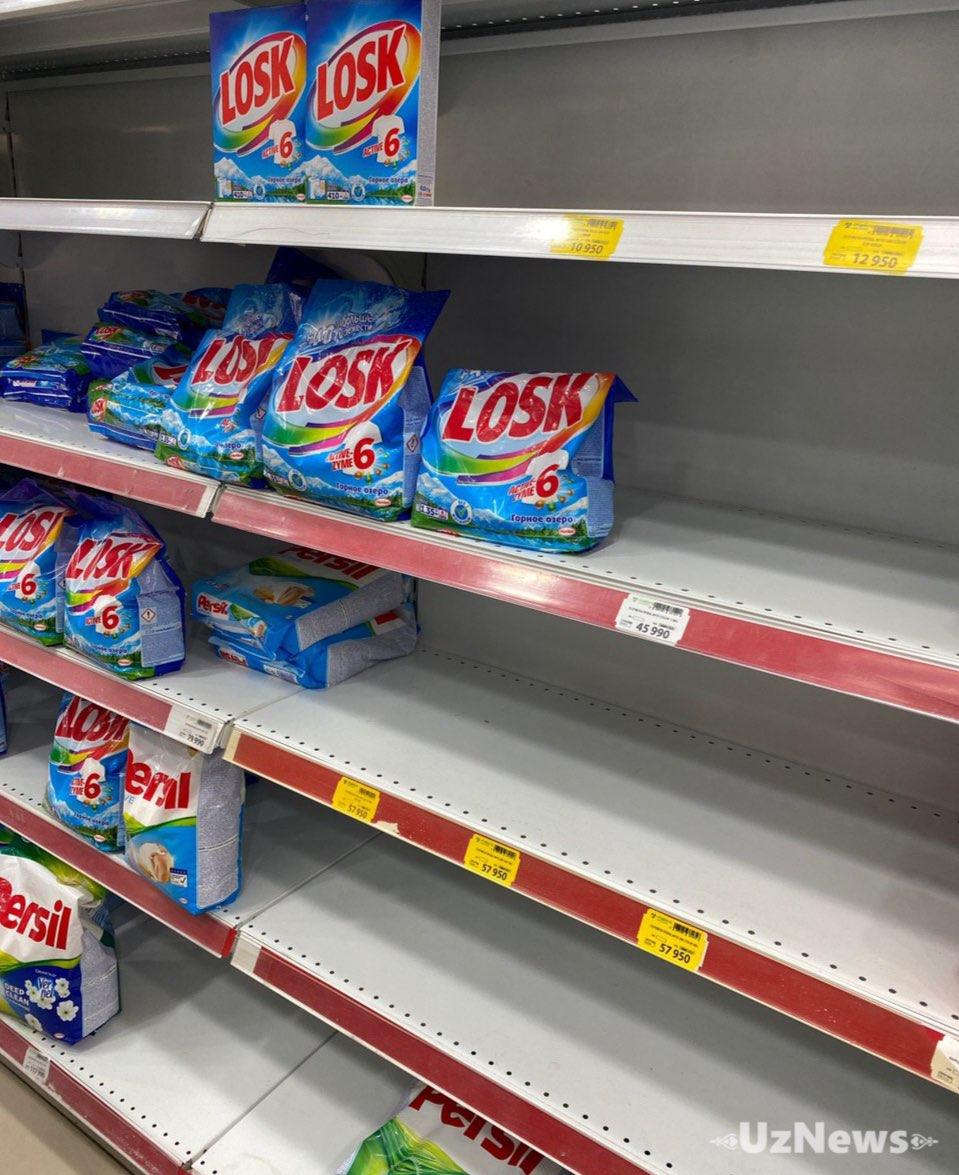 Жители скупают в супермаркетах антисептики, мыло, порошки, туалетную бумагу, питьевую воду и продукты питания.