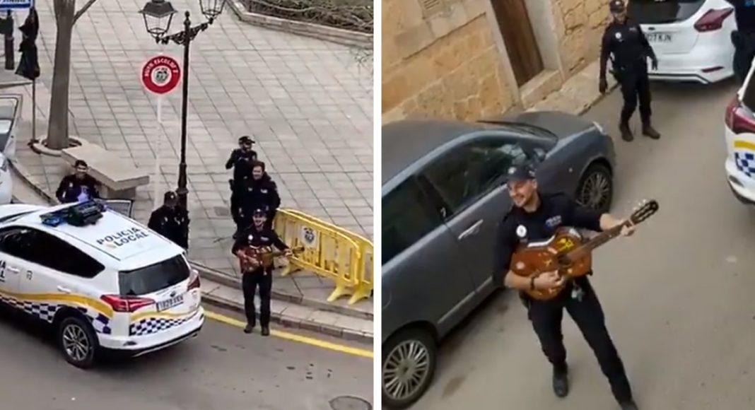 Испанские полицейские развлекают людей во время карантина