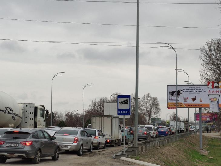 """Жители восточной части Ташкента уже второй день находятся в своеобразной транспортной блокаде. Из-за строительства новой развязки возле бывшего ТАПОиЧ здесь с 4 марта закрыли жизненно важный участок дороги. В результате стали образовываться гигантские пробки. Но, к сожалению, это было только начало беды. С утра 5 марта дорожные службы внезапно перекрыли все въезды и выезды с Ахангаранского шоссе на массив """"Водник""""."""